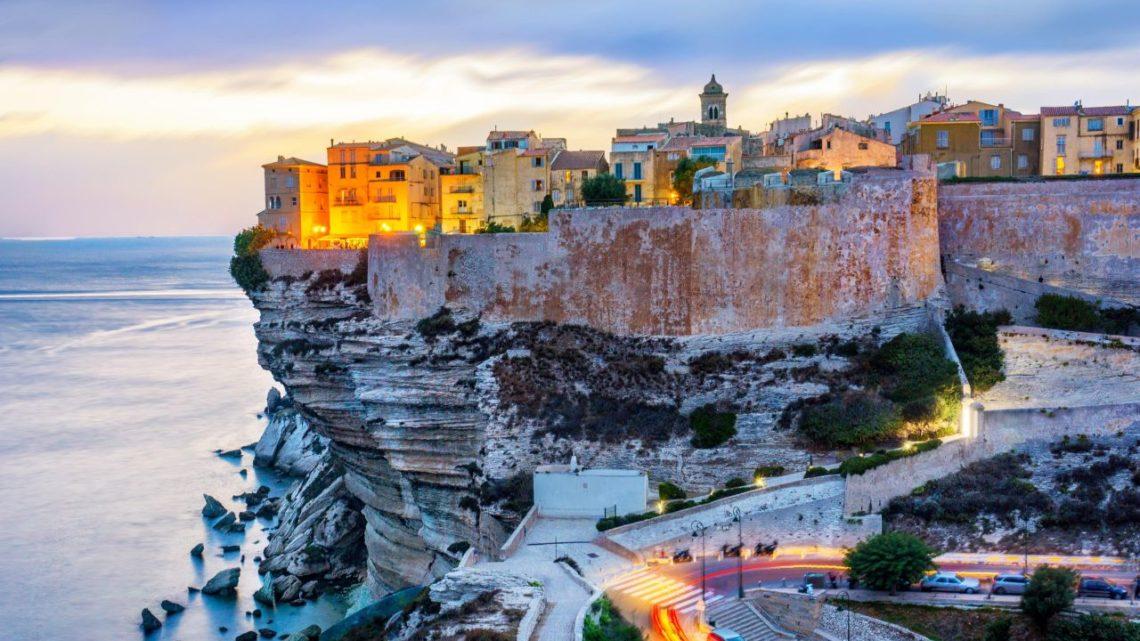 Tous les avantages de découvrir la Corse avec sa propre voiture